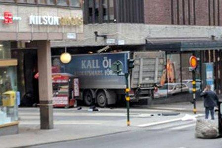 В Стокгольме 7 апреля грузовик въехал в толпу людей на улице Дроттнинггатан. ФОТО, ВИДЕО