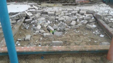 В Алтайском крае в селе Новичиха воспитанников детского сада №1 «Искринка» 17 апреля привалило кирпичной стеной