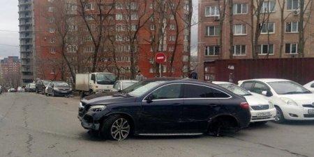 Во Владивостоке 23 апреля девушка на Mercedes Benz столкнулась с 11 автомобилями. ВИДЕО