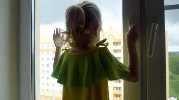 В Хабаровске погибла трехлетняя девочка, выпав из окна