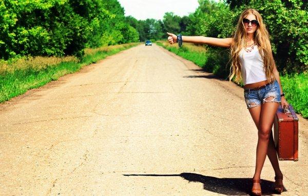 В центре Тюмени голая девушка попыталась остановить автомобиль