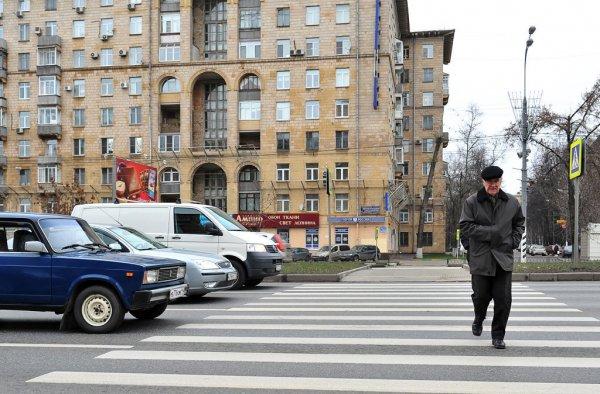 В центре Москвы агрессивный водитель избил женщину-пешехода с детьми