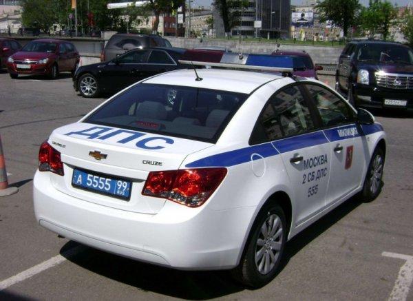 В Москве водитель Daewoo Nexia врезался в две машины ДПС
