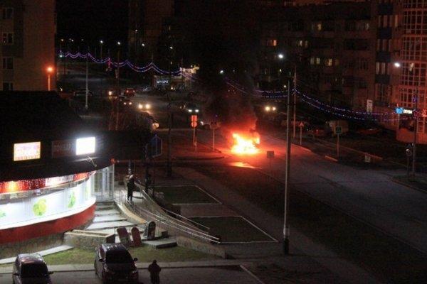 У магазина в Нефтеюганске взорвалась «Волга»