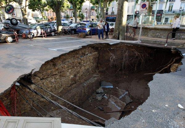 В Кургане уходит под землю асфальт на перекрестке