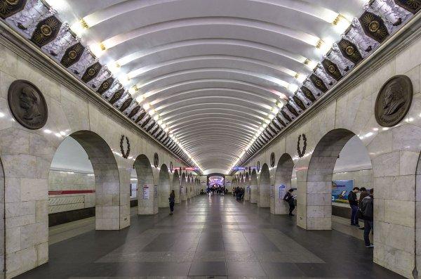 На «синей» ветви метро Санкт-Петербурга остановили движение из-за поломки поезда