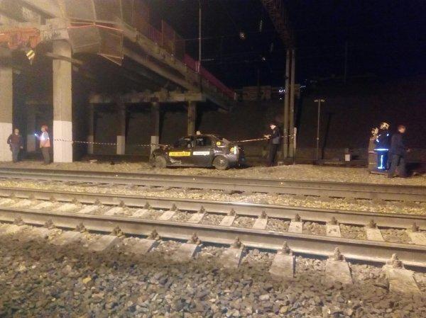 Автомобиль упал с моста на рельсы в Барнауле