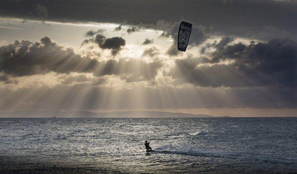В Анапе кайтсерфера унесло ветром на несколько километров от берега