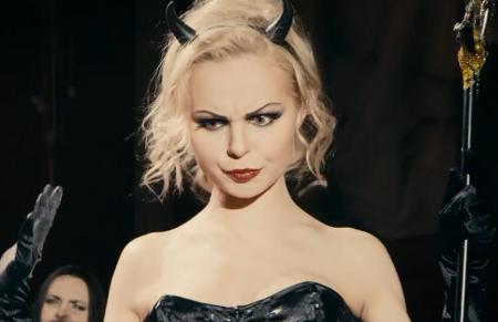 Экс-вокалистка «Ленинграда» Алиса Вокс выпустила клип «Малыш», где высмеяла «школьников на митингах». ВИДЕО