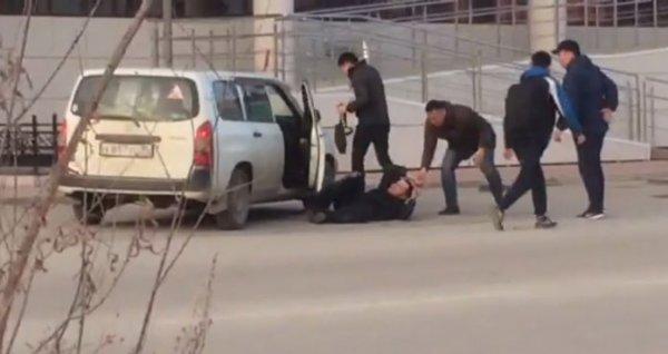 В Якутске водитель Toyota остановил избиение парня, врезавшись в толпу на машине