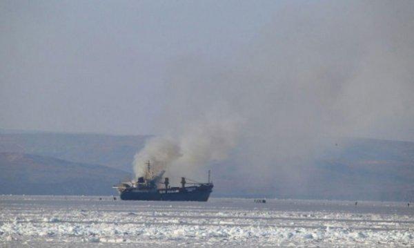 В Охотском море горит судно