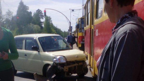 Столкновение автомобиля с трамваем парализовало движение транспорта в Барнауле