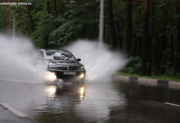 Во Владивостоке горячая вода хлещет на автомобили