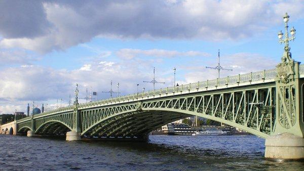 На Троицком мосту перекрыли движение из-за подозрительной канистры