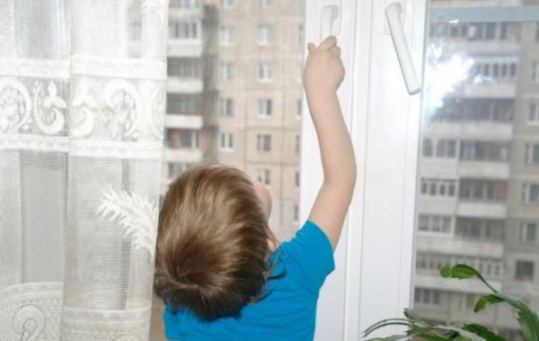 В Екатеринбурге двухлетний ребенок выпал с 10 этажа