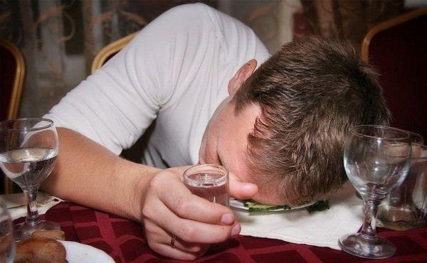 В Астрахани пьяный мужчина обокрал соседа и потерял память