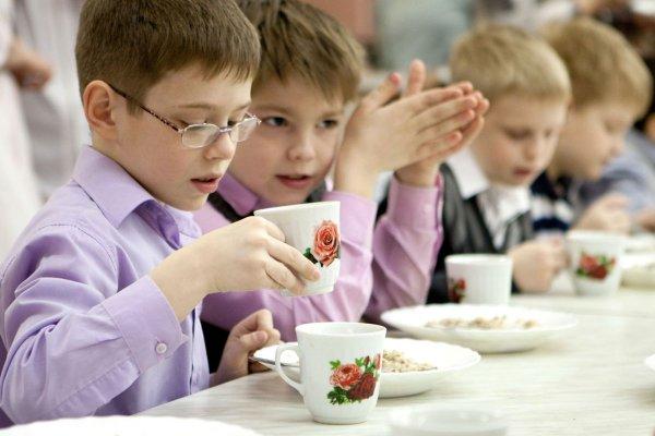 В школе Благовещенска детям рассыпают еду по тарелкам рукой