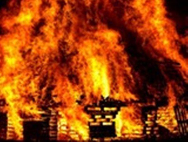 В Москве во время пожара в ангаре на территории университета погиб человек