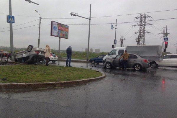 В Тюмени на Алебашевской улице столкнулись Mercedes-Bens и KIA