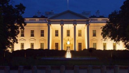 В окнах Белого дома президента США заметили странные красные вспышки. ВИДЕО