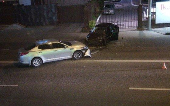 В Брянске водитель на иномарке врезался в такси и сбежал