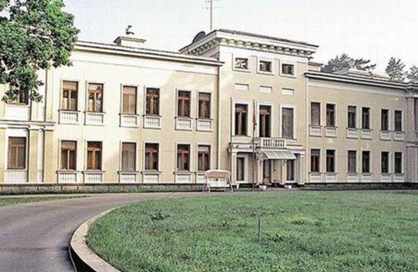 Из-за урагана резиденция Медведева