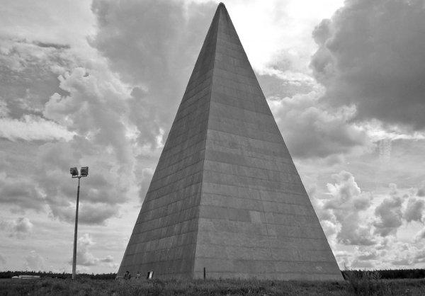 На Новорижском шоссе ветром снесло пирамиду Александра Голода