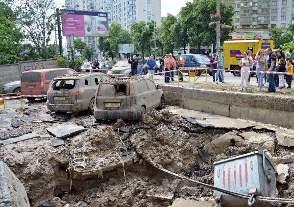 В Киеве в результате прорыва трубы образовался фонтан до 7-го этажа
