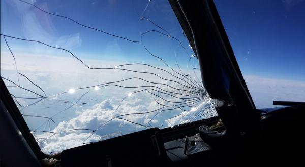 Из-за трещины в стекле самолет совершил аварийную посадку в Воронеже