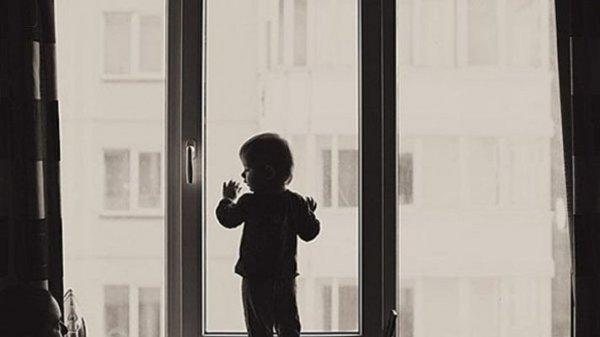 В Иркутске ребенок выжил после падения из окна 4 этажа