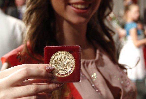 В Адыгее дочь чиновницы сдала незаслуженную медаль, а ее мать уволили