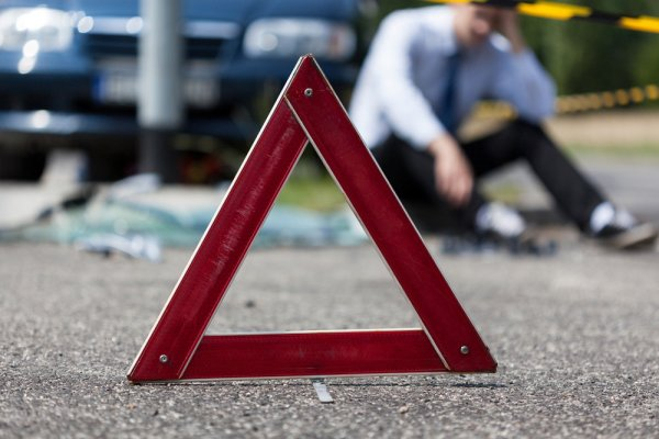 На юго-востоке Москвы столкнулись автомобиль и мотоцикл
