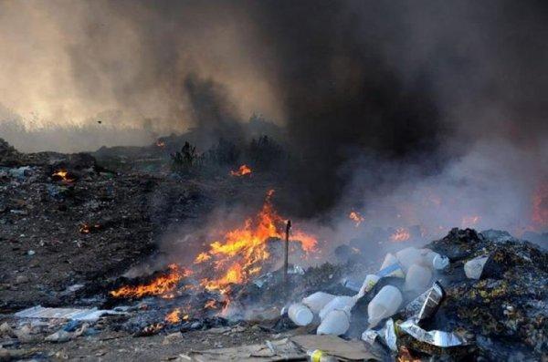 В Челябинске МЧС на пртяжении 12 часов тушит городскую свалку