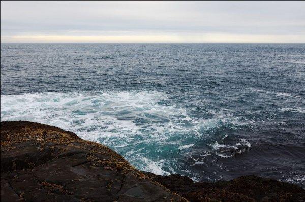 В Баренцевом море разыскивают трех рыбаков на резиновой лодке