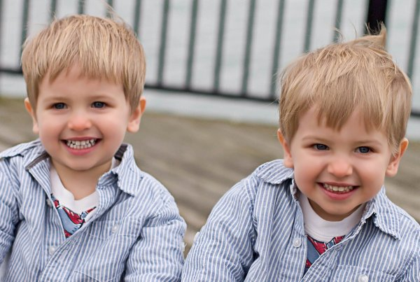Прохожий в Омске нашел на улице потерявшихся 4-летних близнецов