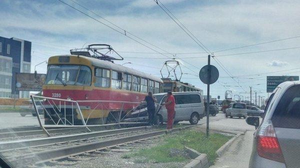 В Барнауле трамвай столкнулся с иномаркой