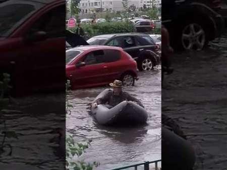 Житель Трехгорки в Подмосковье порыбачил на затопленной улице после ливня 30 июня. ВИДЕО