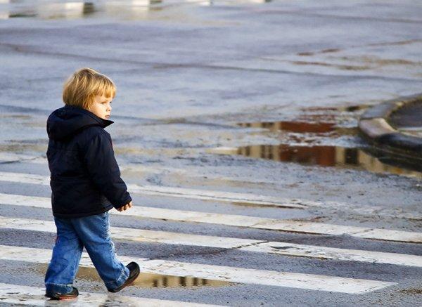 В Рязани забытый матерью ребенок бежал за родительским авто