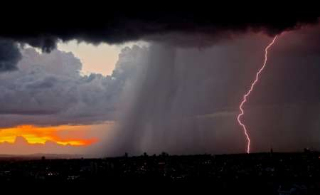 МЧС предупредило о резком ухудшении погоды в Москве до вечера 4 июля: ожидаются дождь, гроза и усиление ветра