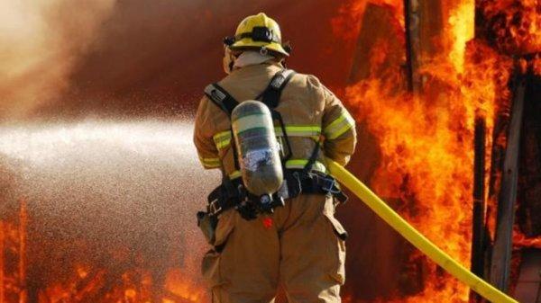 В Ростове на улице Привокзальной борются с огнем