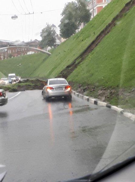 В Нижнем Новгороде в самом центре города перекрыта дорога из-за оползня