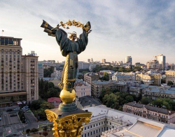 В Киеве машина протаранила толпу митингующих около здания правительства