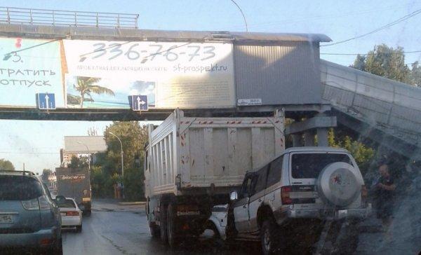 В Новосибирске внедорожник на полной скорости столкнулся с грузовиком