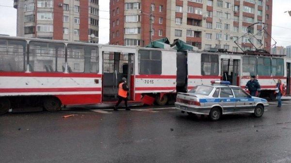 В Петербурге автобус на перекрестке врезался