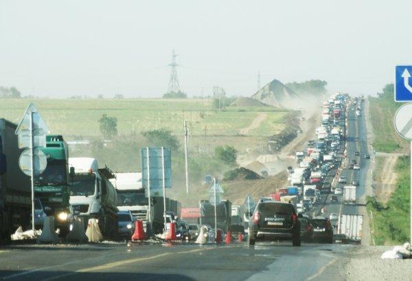 На подъезде к Ростову образовалась многокилометровая пробка