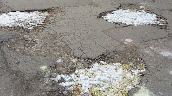 Ямы на дорогах Саратова засыпали гипсовыми котами