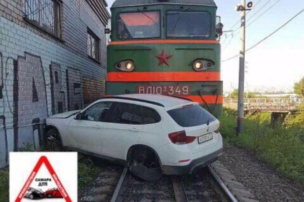 В Самаре локомотив на железнодорожном переезде протаранил BMW