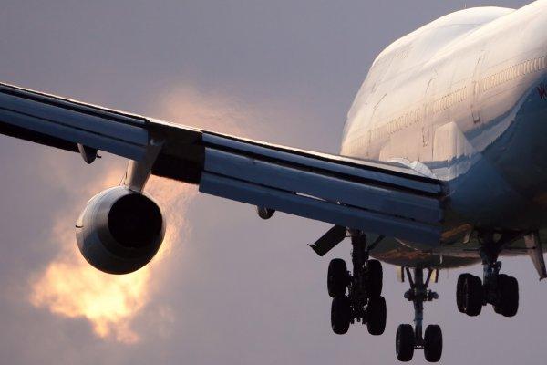 Самолет, летевший из Москвы в Караганду, зашел на экстренную посадку в Казани