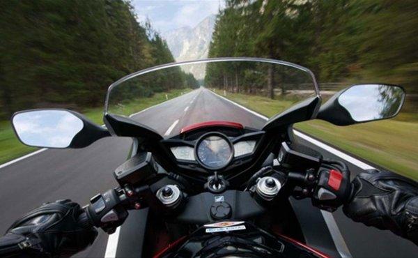 В Омске мотоциклист сбил пешехода на «зебре» и скрылся