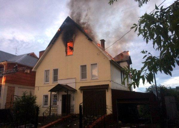 Из-за удара молнии в Твери сгорели двухэтажные коттеджи